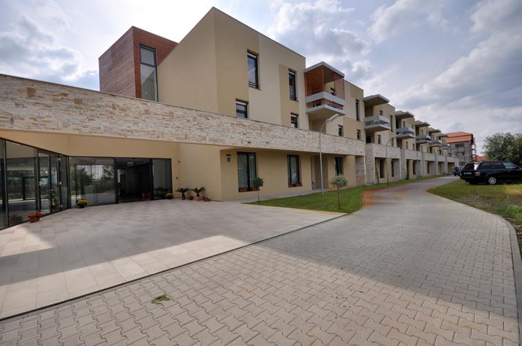 Azilul de batrani Harmonia este construit intr-un parc rezidential linistit si bucurandu-se de aer curat si liniste